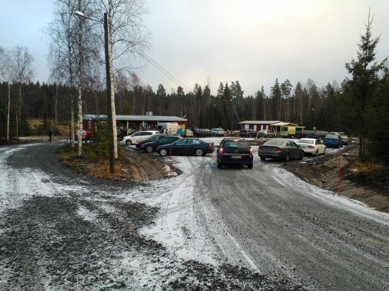 Vuoden ensimmäinen kilpailu täytty Veikkojen majan uusitun parkkialueen.